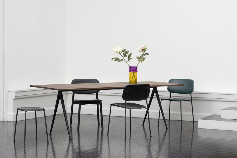 Black and hunter green Soft Edge Chairs and a black Soft Edge Stool around a Pyramid Table.